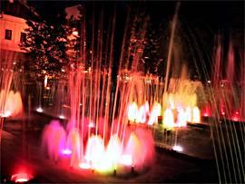 zpívající fontána v přítmí košického náměstí