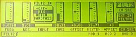 Filt zevnitř. Mezi rezonancí a ENV2 se nastavuje zdroj filtru, nalevo se zapíná modulace z oscilátoru a/nebo externího zdroje
